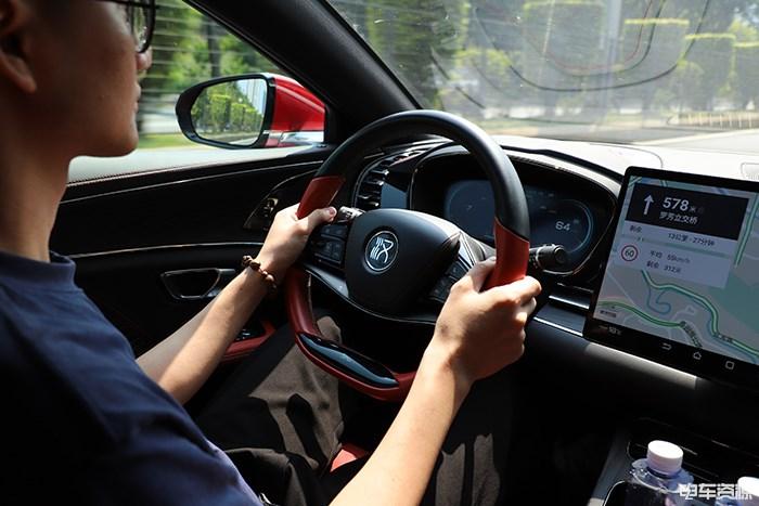 3.9秒什么感觉?试驾比亚迪汉四驱性能版旗舰型